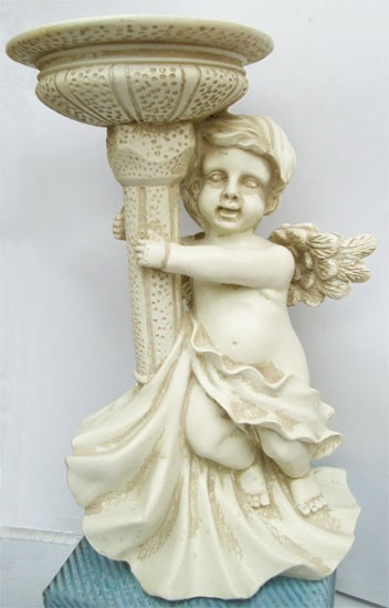 Engel umarmt Brunnen